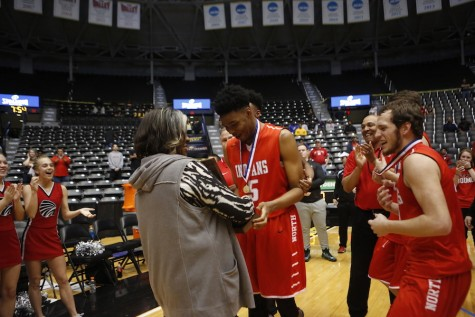 BREAKING: Boys basketball wins state title